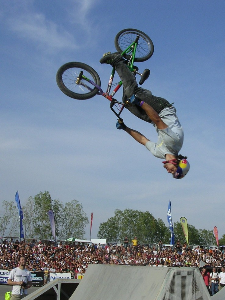 Alessandro Barbero en plein back flip, photo de Montpellier